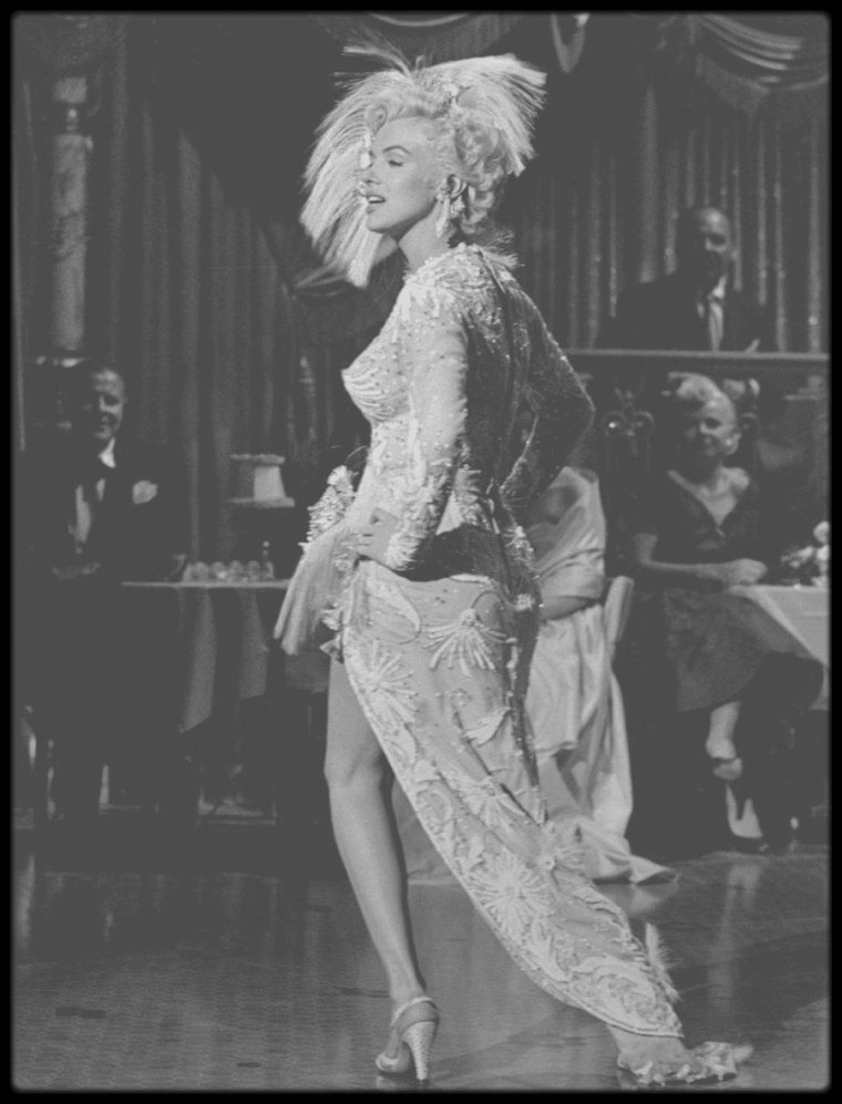 "1954 / (Part II) Marilyn dans un costume signé W TRAVILLA, chantant la chanson ""After you get what you want you don't want it"", dans une des scènes du film ""There's no business like show business"". (voir paroles de la chanson dans le blog, TAG Chanson)."