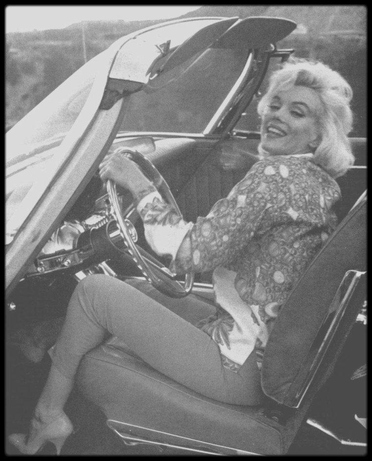 """1962 / Marilyn sous l'objectif du photographe George BARRIS, lors d'une de ses dernières session photos, aux côtés de Pat NEWCOMB, son attachée de presse de l'époque ainsi que de son maquilleur et ami Allan """"Whitey"""" SNYDER."""