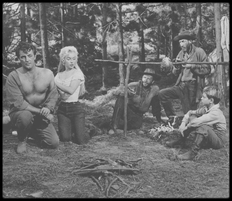 """1953 / Sur le tournage d'une scène du film """"River of no return""""."""