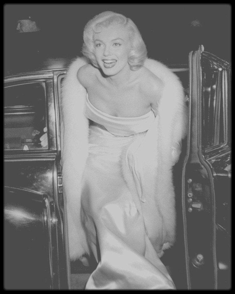 """4 Mars 1953 / Marilyn accompagnée de Joe, se rend à la Première de la pièce """"Call me madam"""", avec dans les rôles principaux, Ethel MERMAN, partenaire de Marilyn dans le film """"There's no business like show business"""" ; Donald O'CONNOR était aussi conviée à la soirée, également partenaire de Marilyn dans le film """"There's no business like show business""""."""