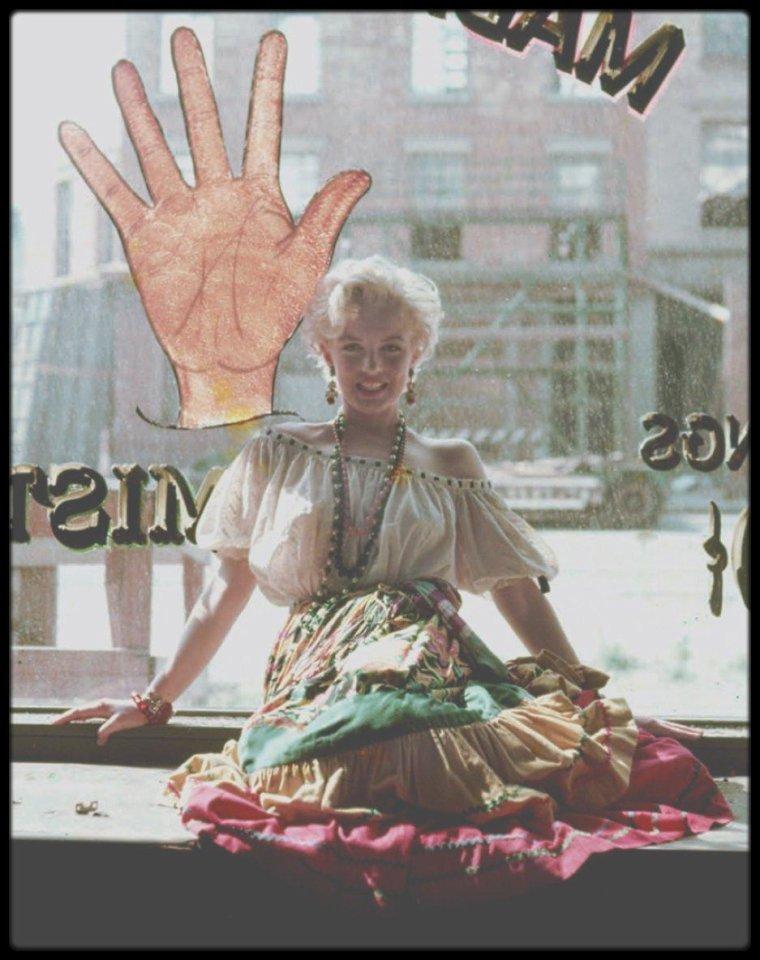 """1954 / Une jolie session photos de Marilyn sous l'objectif du photographe Milton GREENE, session """"Gypsy"""". (une tenue portée par Marilyn, que mon amie Simona devrait apprécier)."""
