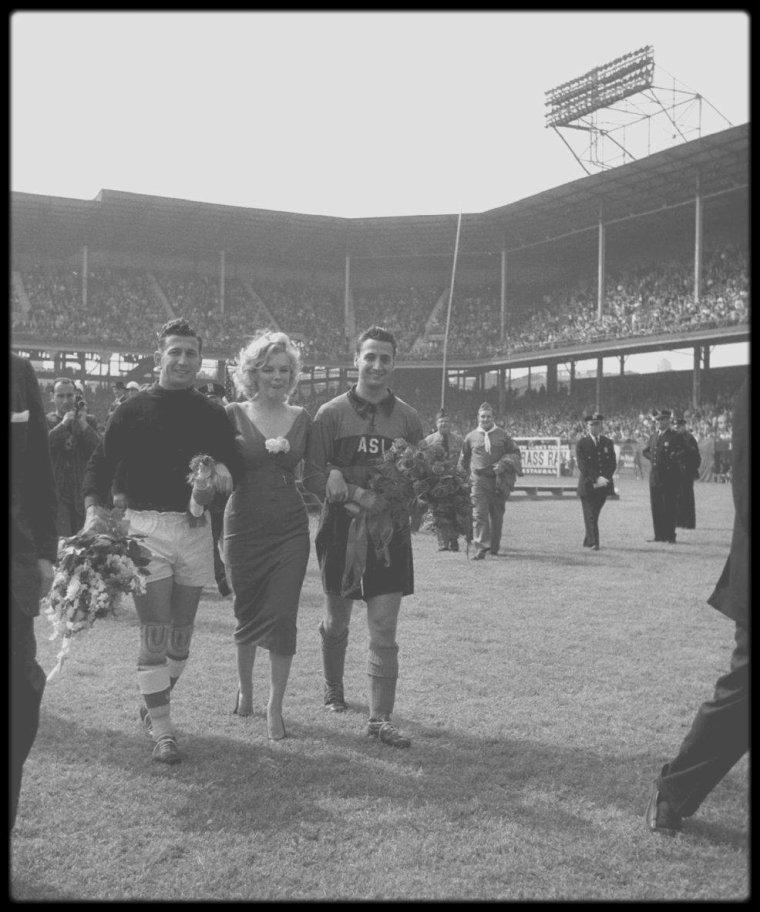 12 Mai 1957 / (Part V) Marilyn donne le coup d'envoi d'un match de football opposant Israël aux Etats-Unis. (voir tags pour + d'infos sur l'article).
