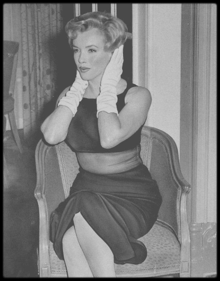 """15 Juillet 1956 / En ce dimanche, après une séance photos à Egham , une conférence de presse fut donnée dans la salle """"Lancaster"""" de l'hôtel """"Savoy"""" de Londres pour  annoncer le début du tournage du film """"The Prince and the showgirl""""."""