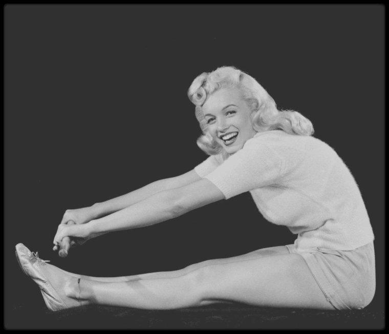 """1948 / Young Marilyn sous l'objectif du photographe Ed CRONENWETH, pratiquant quelques poses de yoga. Elle tourne alors le film """"Ladies of the chorus""""."""