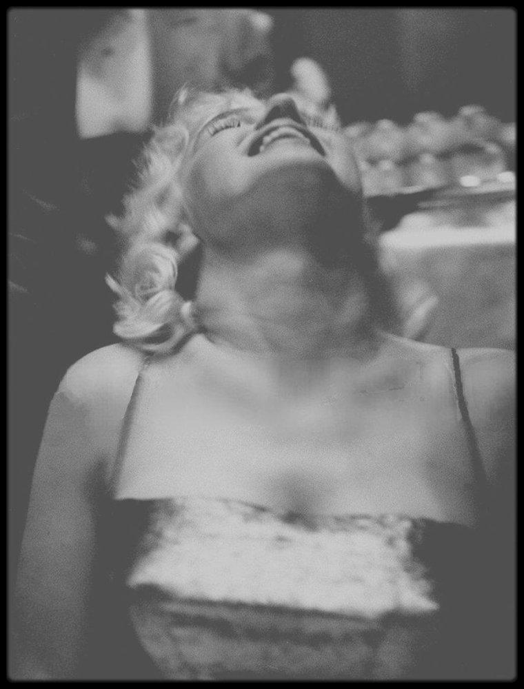 """11 Mars 1955 / Marilyn lors du dîner au """"Waldorf Astoria"""" du """"Friars Club"""". Ce dernier est un club privé New Yorkais créé au début du XXème siècle, bien évidemment c'est un club pour hommes. Au fil des années, beaucoup de membres du monde du spectacle font de ce club le rendez-vous des célébrités. Chaque année un dîner est organisée au """"Waldorf Astoria"""". En 1955, il semble que Milton GREENE ait joué de relations pour que Marilyn y participe. Elle est la seule femme présente. Lors de ce dîner dont le maître de cérémonie est Milton BERLE, un prix est remis ce soir là à Jerry LEWIS et Dean MARTIN. On notera, entre autres célébrités, la présence d'Eddie FISHER et de Sammy DAVIS Jr."""