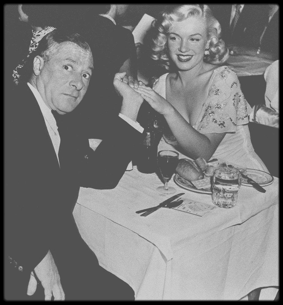 """Août 1948 / De nouveau sans travail, Marilyn se jeta à corps perdu dans son aventure avec Fred KARGER. Elle vécut chez les KARGER pendant trois semaines dans leur maison sur Harper Avenue, à West Hollywood, avant de retourner au """"Studio Club"""". Comme elle l'avait fait avec les CARROLL en retrouvant une famille de substitution, elle se cramponna aux KARGER. Dominée par le désir ardent de faire partie d'une famille, Marilyn s'attachait à tous ceux qu'elle chérissait avec une ferveur qui, souvent, faisait peur. La mère et la s½ur de Fred KARGER l'adoptèrent immédiatement. Durant l'été, elle assista à la première d'une pièce de George WHITE au """"Florentine Theater Restaurant"""" d'Hollywood, en  compagnie du producteur George JESSEL. (photo)."""
