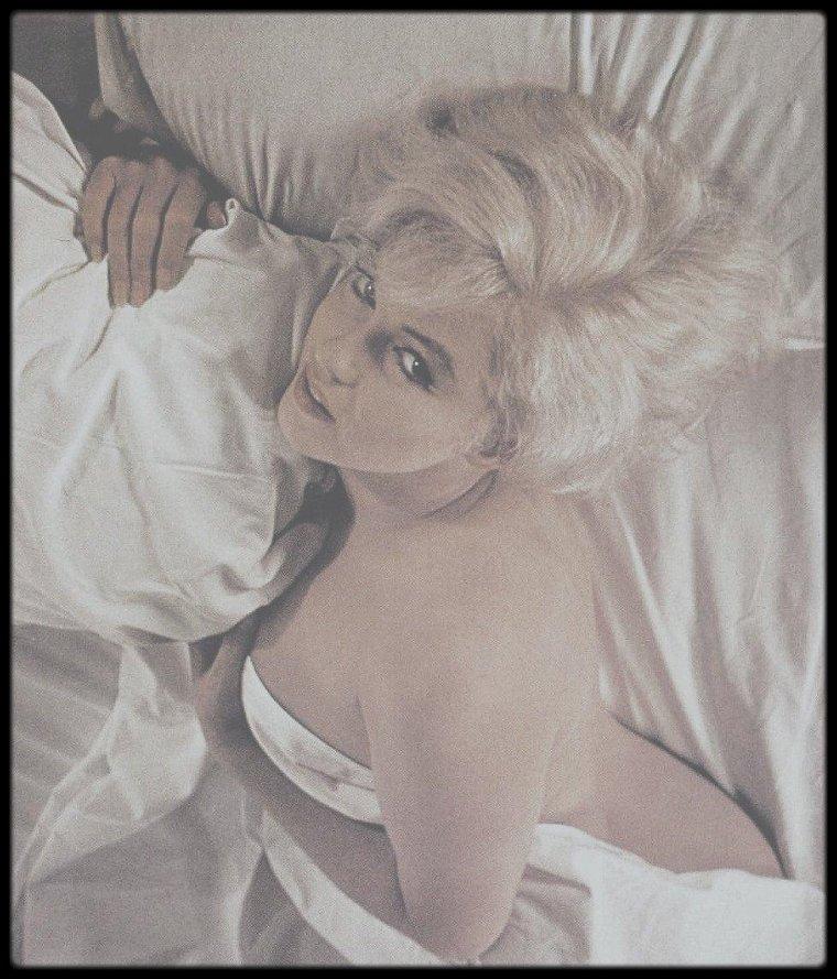 """1960 / Session photos de Marilyn par Eve ARNOLD, alors qu'elle tourne le film """"The misfits"""" ; session souvent attribuer à tort au photographe Douglas KIRKLAND, qui photographie aussi Marilyn dans un lit, en 1961 cependant. Voir tag pour l'article."""