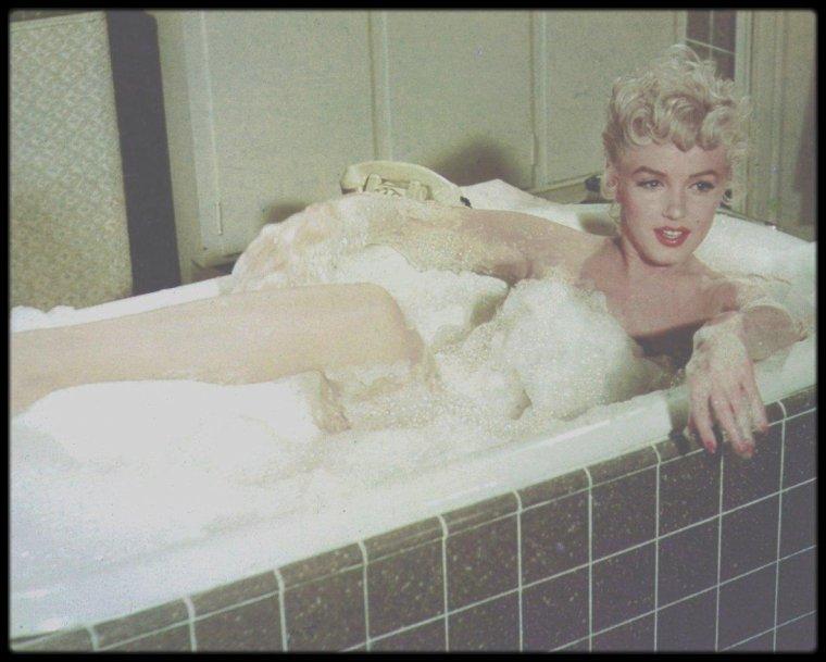 """1954 / (Part II) Marilyn dans une des scènes du film """"The seven year itch"""" ; Victor MOORE jouant le rôle du plombier, Marilyn se coinçant le gros orteil dans le robinet de la baignoire..."""