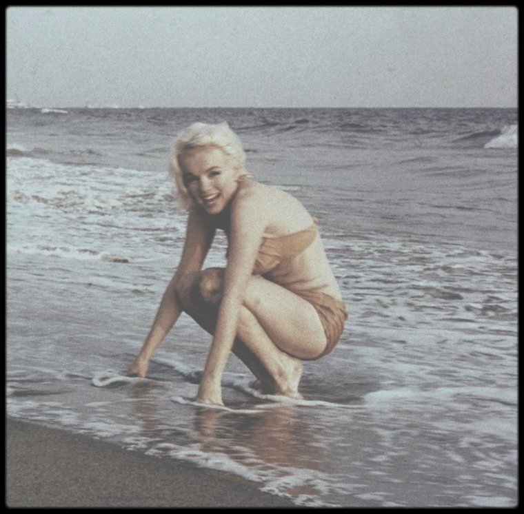 1962 / LES DERNIERS JOURS / Marilyn sur une plage de Santa Monica, sous l'objectif du photographe George BARRIS.