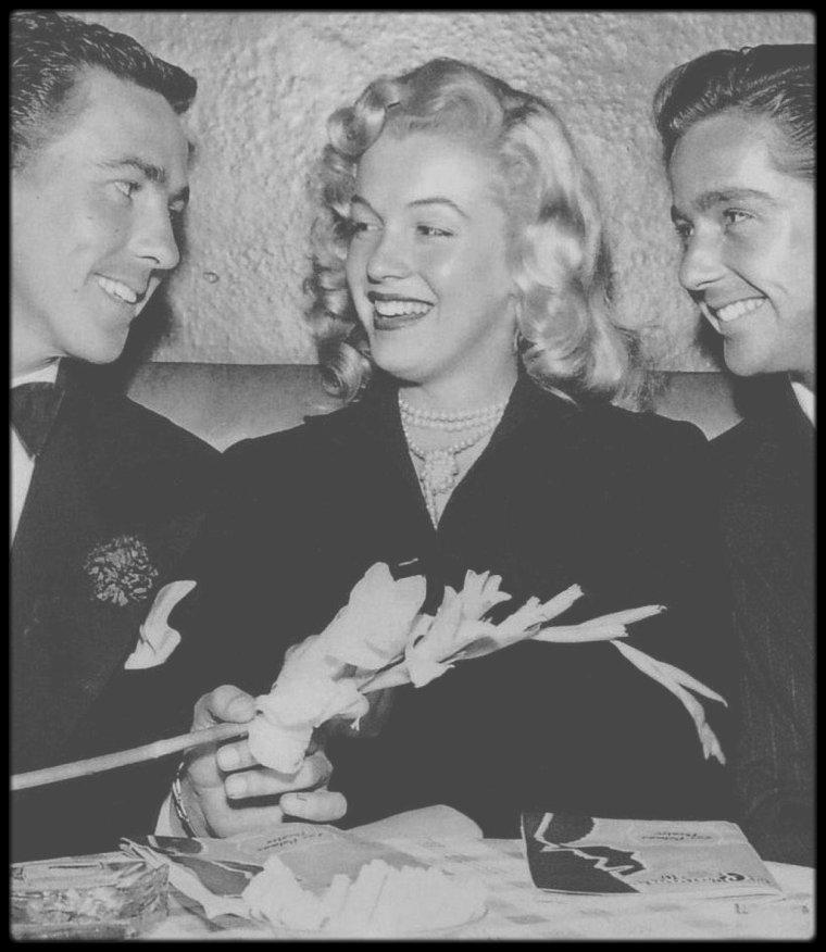 """1948 / Young Marilyn lors de la Première de la pièce """"Lend an ear""""."""