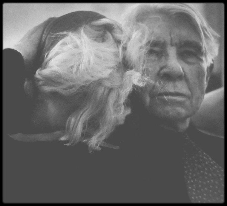 """20 Janvier 1962 / Marilyn et son attachée de presse Pat NEWCOMB, sont conviées à une soirée chez le producteur Henry WEINSTEIN, qui produit notamment le film en cours de Marilyn """"Something's got to give"""", où parmi les convives, on compte le poête Carl SANDBURG ; champagne et danses sont au programme de la soirée..."""