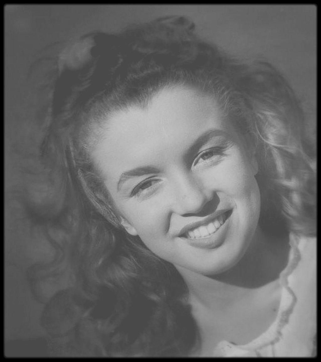 1945 / Norma Jeane sous l'objectif du photographe Andre DE DIENES.
