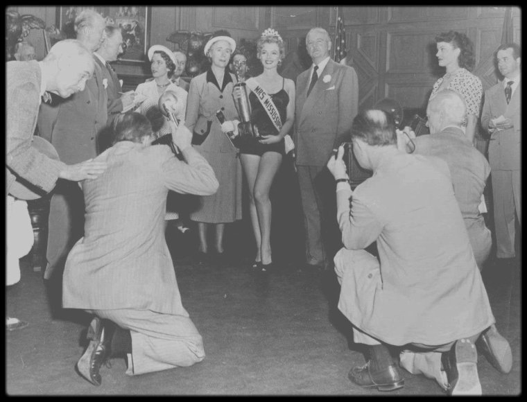 """1952 / Quand Marilyn devient Miss dans le film """"We're not married"""" ; Compilation de sketchs dans laquelle, selon le scénariste Nunnally JOHNSON, le rôle tenu par Marilyn - celui d'une participante à un concours de beauté qui découvre qu'elle ne peut concourir à l'élection  de Mrs Amérique parce que son mariage n'est pas techniquement valide - fut crée uniquement parce qu'il permettait de montrer à l'écran la starlette dans deux maillots de bain successifs. Ce fut l'un des principaux films dans lesquels on glissa Marilyn pour profiter de sa popularité grandissante, alors que la Fox n'était pas prête à lui confier son premier rôle."""