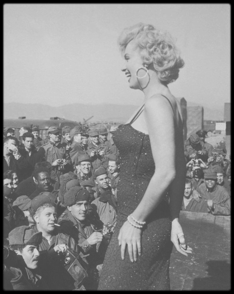 1954 / En février 1954, alors qu'ils sont en voyage de noces, Marilyn MONROE et Joe DiMAGGIO quittent San Francisco pour Tokyo. En fait, la star du base-ball doit donner une série de démonstrations au Japon, où il est adulé. Mais les Japonais n'ont d'yeux que pour Marilyn, qui accepte de rendre visite aux soldats américains blessés hospitalisés. L'événement est une telle réussite que l'armée lui demande de se rendre en Corée où 120 000 G.I. l'attendent.