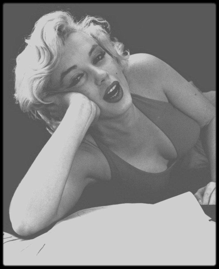 Janvier 1957 / Dernière session photos de Marilyn avec le photographe Milton GREENE. En effet, malgré leur séparation, Marilyn, selon les clauses du contrat passées antérieurement avec le photographe, mentionnent une dernière session photos qu'elle honore ce début d'année.
