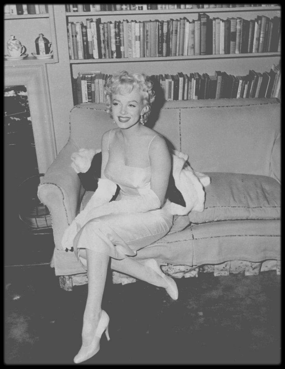 """7 Janvier 1955 / RARE Marilyn lors de la soirée organisée pour annoncer les débuts des """"Marilyn MONROE Productions"""". (voir tag pour + d'infos sur l'article)."""