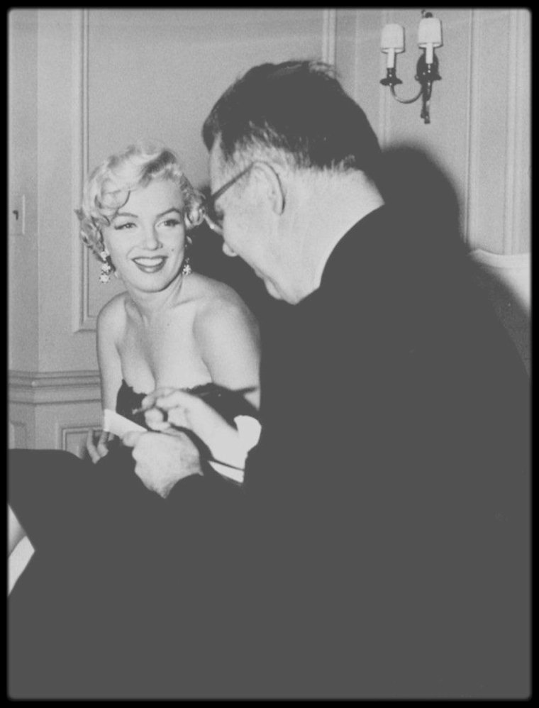 "9 Septembre 1954  / Conférence de presse donnée au ""St Regis Hotel"" de New York en l'honneur de Marilyn, afin de marquer le début du tournage dans la ville, du film ""The seven year itch"". Elle se rend ensuite au ""St James Theater"" afin d'assister à la pièce ""The pajama game"", avant d'avoir pris un verre au restaurant ""Billy reed's""."