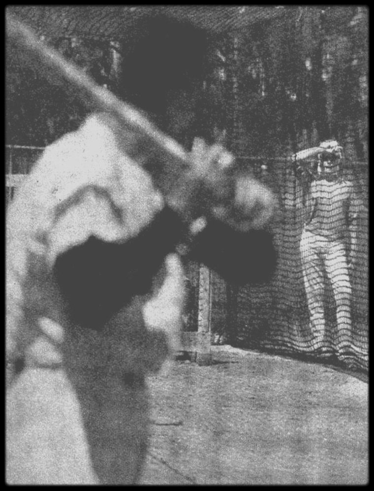 Mars 1961 / Marilyn et DiMAGGIO à Saint Petersburg, une ville de Floride, située entre la baie de Tampa et le Golfe du Mexique. Marilyn a rejoint Joe afin de se reposer, qui s'occupe de l'entrainement de l'équipe de base-ball les Yankees.
