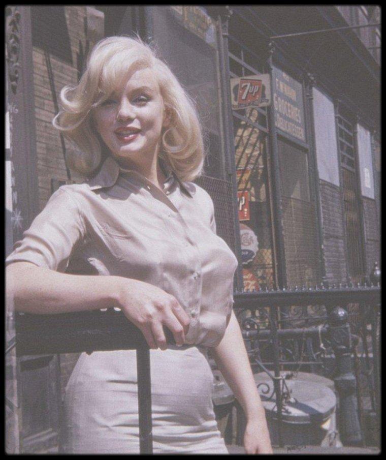 """1960 / Marilyn sous l'objectif de la fan Frieda HULL, lors de sa sortie des essayages coiffures pour le film """"The misfits""""."""