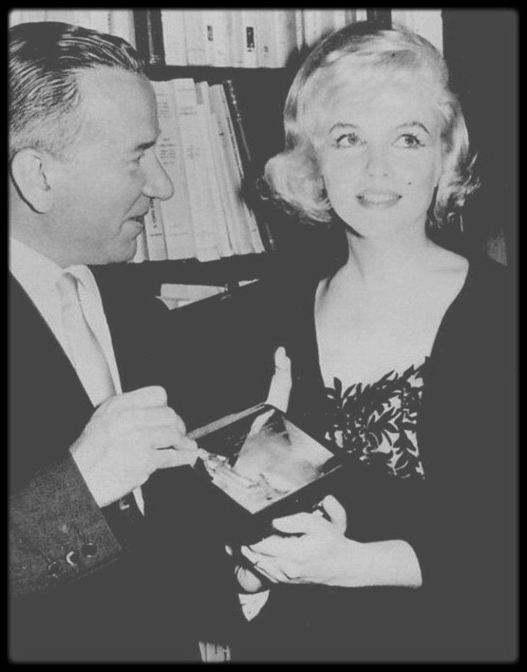 """13 Mars 1959 / (Part III) Marilyn reçoit un prix italien, pour sa prestation dans le film """"The Prince and the showgirl"""", le """"David Di DONATELLO"""", l'équivalent d'un """"Golden Globe"""" aux Etats Unis ; l'actrice Anna MAGNANI était présente lors de la remise du prix, et offrit à Marilyn, accompagnée de MILLER, un bouquet de roses."""