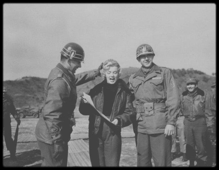 """17 Février 1954 / Marilyn reçoit le prix de """"Honorary MP of the 25th MP Company"""" (""""Membre d'honneur de la 25ème Division"""") pendant sa tournée de quatre jours en Corée du Sud, où elle s'est produite sur scène pour remonter le moral des soldats américains postés là-bas. C'est le régiment de la 25ème Marine Division qui lui remet le certificat."""