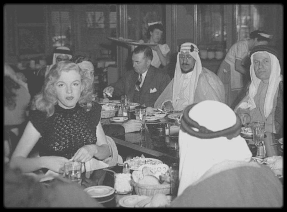 1948 / RARE young Marilyn lors d'un dîner, aucune info sur cette photo, à part l'année facile à situer. (Peut être à la cantine des studios de la FOX).