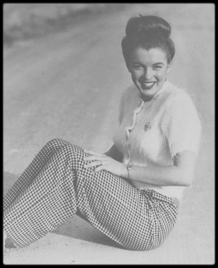 1945 / Les dernières photos de Norma Jeane en tant que  modèle prisent par Andre DE DIENES ; il la reverra l'année suivante mais sous le pseudo de Marilyn MONROE.