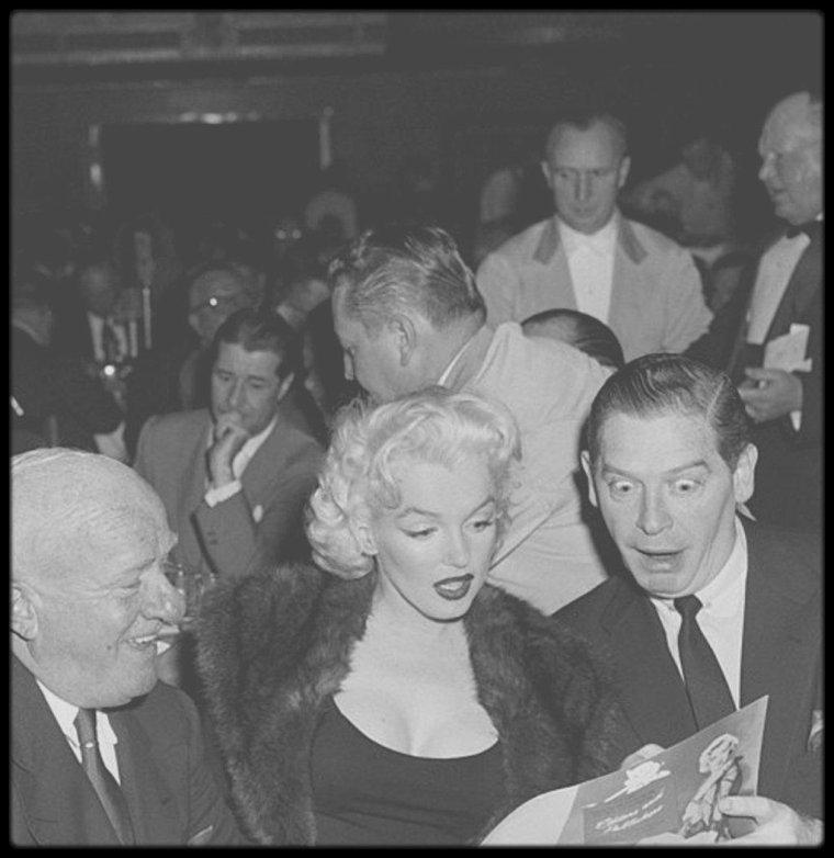 """26 Avril 1955 / (Part II) Marilyn participe à la """"Newspaper Public Convention"""" (ou """"Banshee Luncheon"""") au """"Waldorf Astoria"""" ; la soirée est animée par Milton BERLE, et Marilyn rencontre à cette occasion, le patron du F.B.I. de l'époque, J Edgar HOOVER, entre autres personnalités présentes ce soir là."""