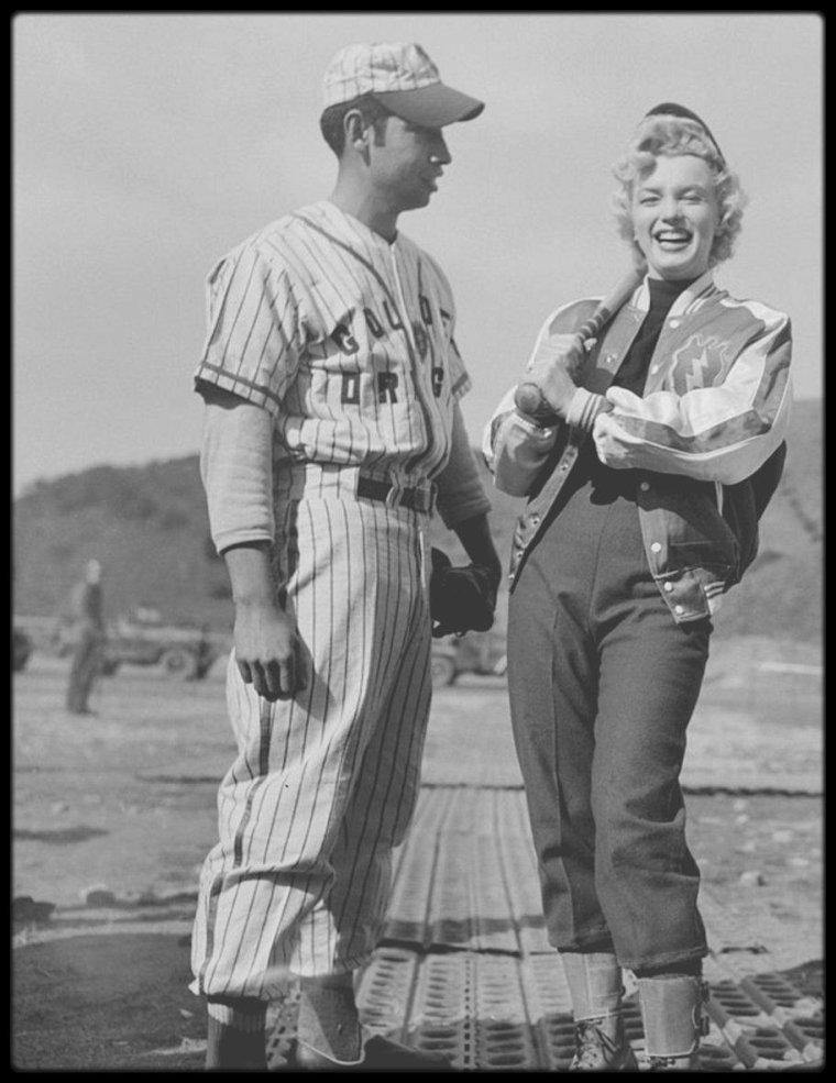 18 Février 1954 / Marilyn aux côtés des frères ABRIL, Ernest et Manuel (deux joueurs de baseball d'une équipe coréenne) lors de son séjour en Corée.