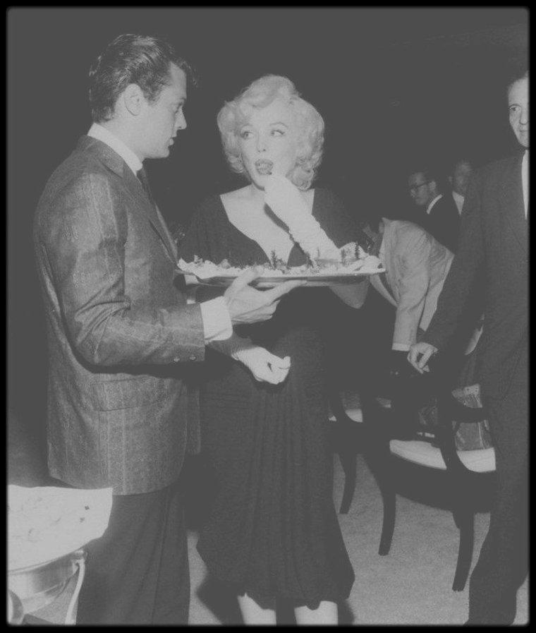 """8 Juillet 1958 / Nouvelles photos de la conférence de presse annonçant le début du tournage du film """"Some like it hot"""", avec les acteurs et le réalisateur du film."""