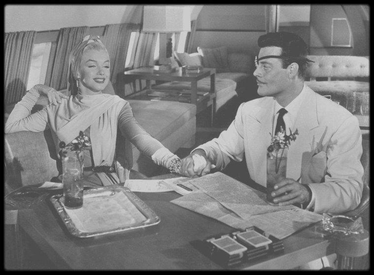"""1953 / Marilyn dans une robe encore signée par TRAVILLA et l'acteur Alex D'ARCY dans une des scènes du film """"How to marry a millionaire""""."""