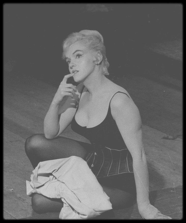 """1960 / Répétitions d'une scène du film """"Let's make love"""" avec MONTAND sous la direction du réalisateur George CUKOR."""