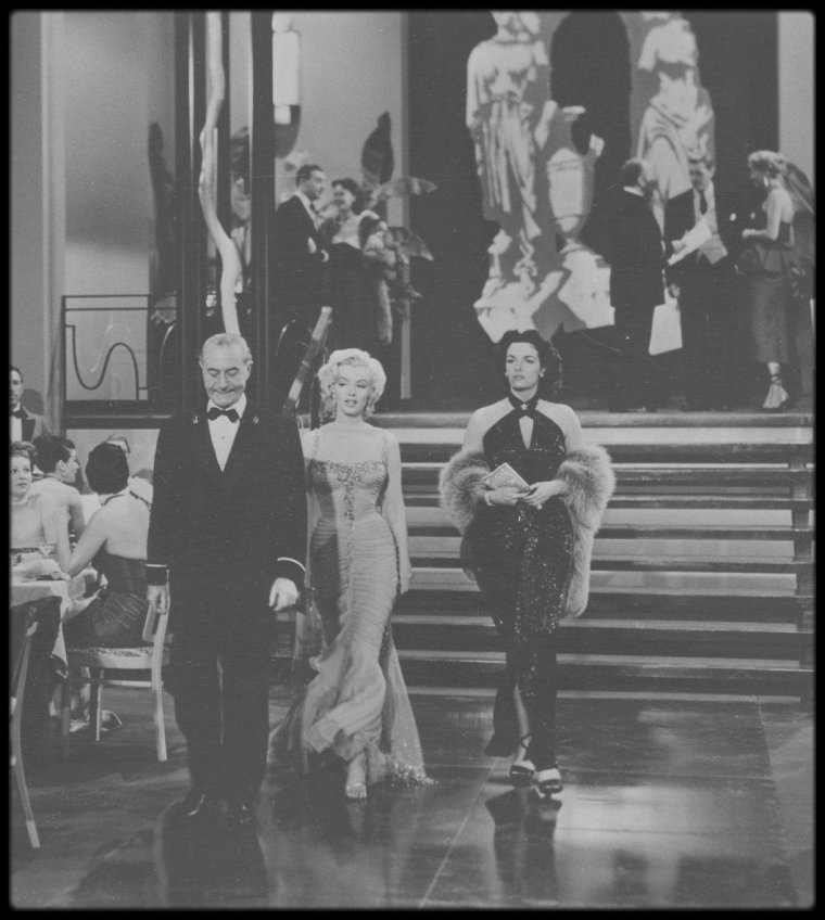 """1953 / Marilyn et Jane RUSSELL lors du tournage du film """"Gentlemen prefer blondes""""... Une entente parfaite ! / ANECDOTES"""