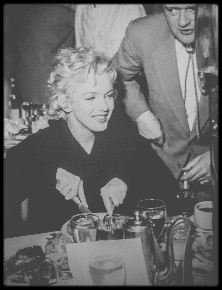 """1956 / Pause dîner lors du tournage du film """"Bus stop"""" avec l'équipe, les acteurs et Joshua LOGAN le réalisateur, au restaurant """"The ram"""". (new pictures, Part II)."""