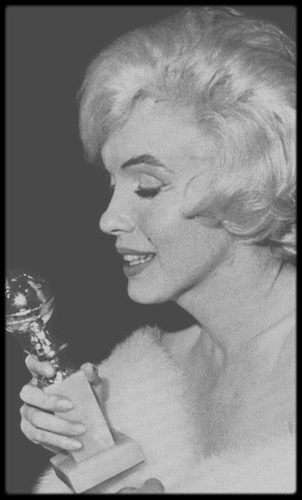 """9 Mars 1960 / (new pictures) Marilyn reçoit le """"Golden Globe Award"""" pour son interpétation dans le film """"Some like it hot"""", au """"Cocoanut Grove"""" de """"L'Ambassador Hotel"""" de Los Angeles."""