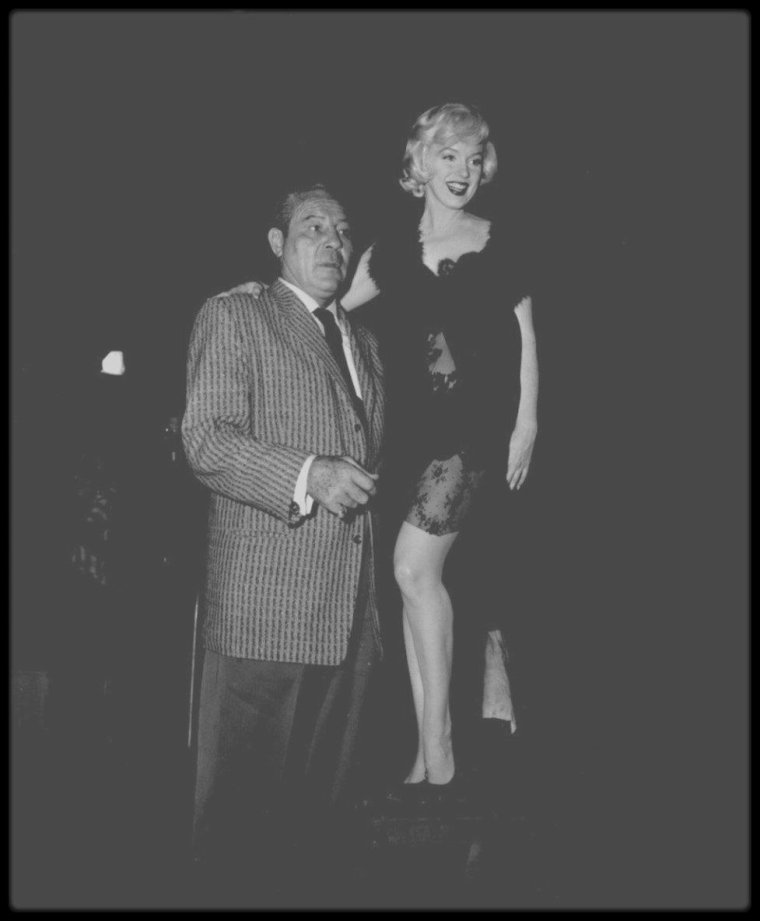 "1958 / VISITE INATTENDUE / Quand le boxeur Max BAER rend visite à Marilyn sur le tournage du film ""Some like it hot""."