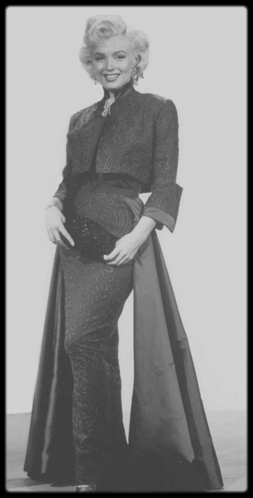 """1953 / Marilyn dans une des scènes du film """"Gentlemen prefer blondes"""", aux côtés du jeune George WINSLOW, sous la direction de Howard HAWKS. Costume de Marilyn signé TRAVILLA."""