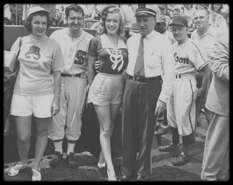 """9 Juillet 1949 / Marilyn assiste à un match de base-ball avec des célébrités au """"Wrigley Field Stadium"""" de Chicago."""