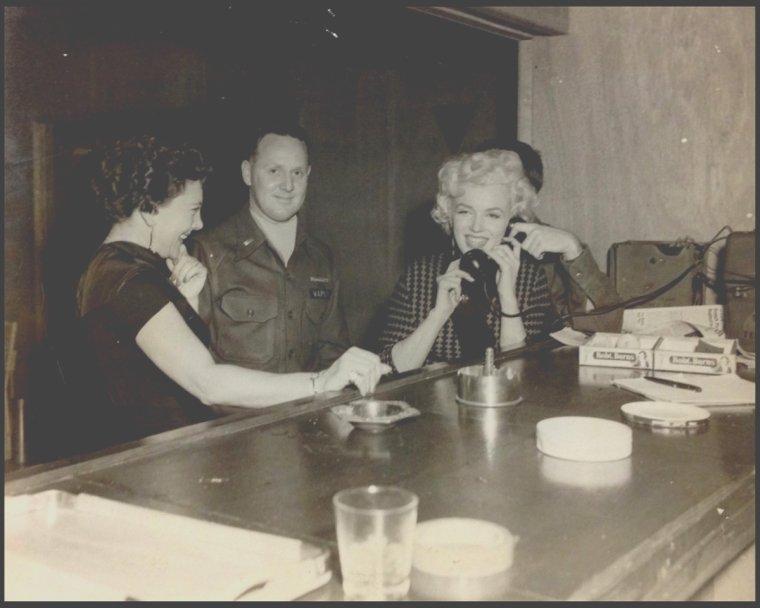 1954 / COULEUR SEPIA / 63 ans plus tard, des photos jaunies de Marilyn lors de son séjour en Corée resurgissent du passé pour notre plus grand bonheur (nous les fans), pour une vente aux enchères (2000 DOLLARS pièce).