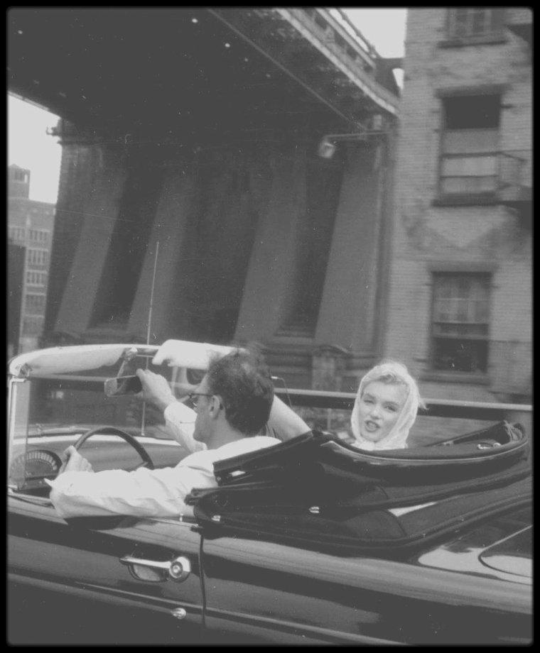 1957 / Arthur et Marilyn en voiture photographiés par Sam SHAW. (voir série complète dans le blog).