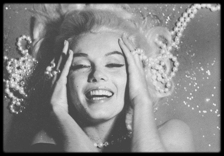 1962 / BON DIMANCHE A TOUTES ET A TOUS ! avec Marilyn au collier de perles, par Bert STERN.