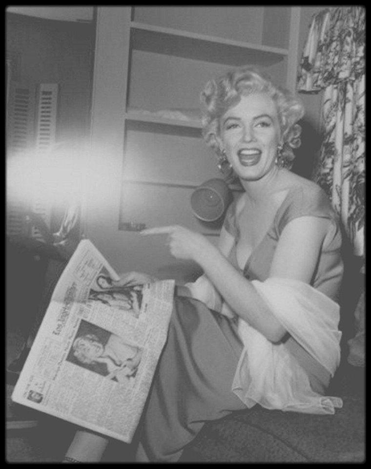 """1952 / MA PASSION POUR MARILYN / C'est en voyant pour la première fois ce film, """"Niagara"""", vers l'âge de 12-13 ans, que ma passion pour Marilyn débuta... Elle chantait la célèbre chanson """"Kiss"""", dans sa robe fushia, et mon corps s'est emparé de petits tremblements... Je compris donc que j'étais en train de tomber amoureux d'une légende. Je me mis donc à la quête de tout ce que je pouvais trouver à son image, en commençant par des cartes postales, photos découpées dans divers magazines, en faisant partie d'un fan club au Cannet, qui n'existe plus, puis avec des livres, des films, jusqu'à une mèche de cheveux lui ayant appartenu. Aujourd'hui j'ai plusieurs blogs consacrés à la Star, afin, que les générations futurs puissent la découvrir, et celles plus anciennes, ne l'oublient pas trop vite !"""