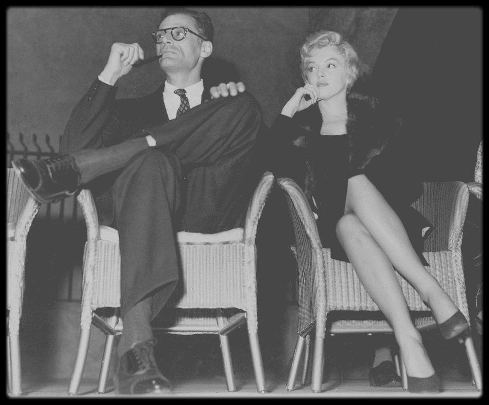 """QUAND MILLER PARLE DE MARILYN / TRES INTERESSANT ! Émission """"Apostrophes"""" enregistrée le 15 avril 1988, avec Arthur MILLER. À l'occasion de la sortie de l'autobiographie d'Arthur MILLER, parue chez GRASSET sous Le Titre """"Au fil du temps"""", Bernard PIVOT a réuni sur le plateau """"d'Apostrophes"""", autour de l'écrivain américain, Philippe LABRO, en tant que spécialiste et/ou amoureux de l'Amérique, et François PERIER, qui interprète actuellement au théâtre """"Mort d'un commis voyageur"""" de MILLER. L'auteur Arthur MILLER troisième (et dernier) mari de Marilyn MONROE, nous parle un peu d'elle en Français. (Marilyn MONROE 1926 - 1962) ( Arthur MILLER 1915 - 2005)."""
