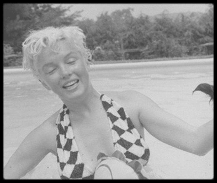 1955 / (Part II) Marilyn à Weston dans le Connecticut, dans la maison de Milton GREENE où elle profite de la piscine avec le photographe.