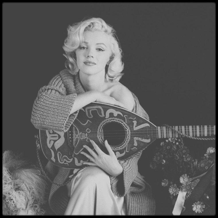 1953 / Session photos de Marilyn à la mandoline par Milton GREENE.