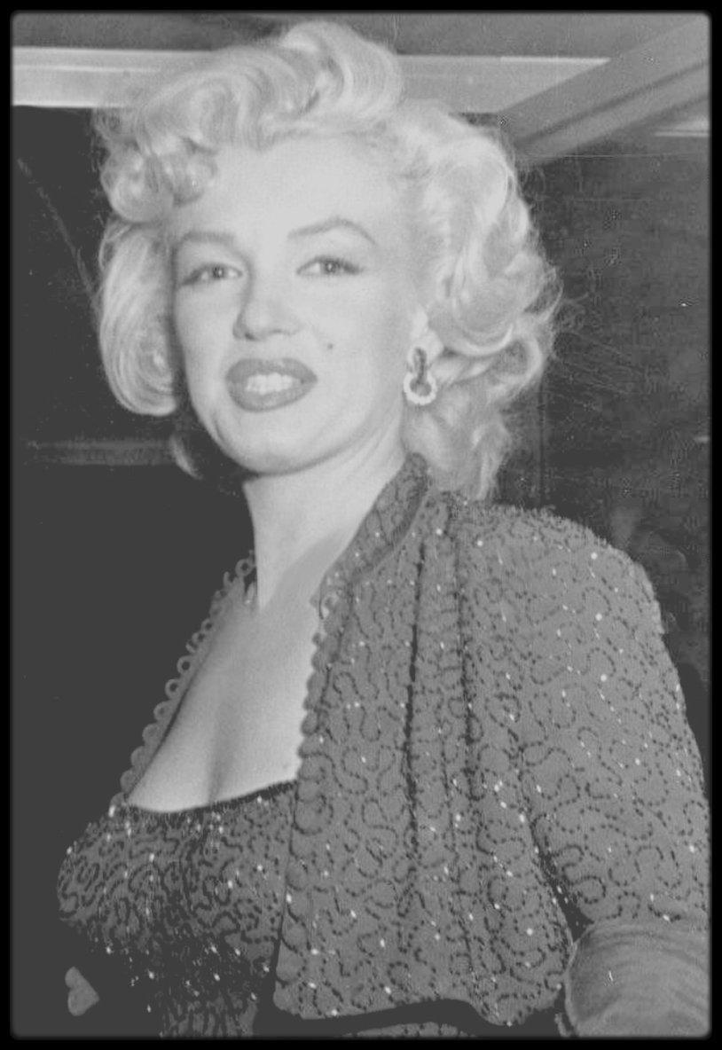 """3 Octobre 1952 / Marilyn participe à une fête donnée en l'honneur de Ruth WATERBURY (rédactrice en chef des magazines """"Photoplay"""" et """"Silver screen""""). A cette occasion, Marilyn porte pour la première fois le tailleur bleu nuit pailleté, qu'elle portera également lors du show Dean MARTIN et Jerry LEWIS, où elle recevra le prix """"Redbook"""" et biensûr, lors de son séjour en Corée, chantant devant des milliers de G.I.'s."""