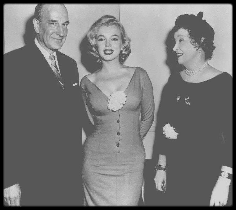 """10 Avril 1957 /  Marilyn participe à une réunion préparatoire afin que la """"Free Milk Fund for Babies"""" sponsorise la première mondiale de """"The Prince and the showgirl"""" ; Marilyn rencontre Mrs HEARST, fondatrice et présidente de la fondation, et  Mr Russell DOWNING, président du """"Radio City Hall"""", où se tiendra la première le 13 juin."""