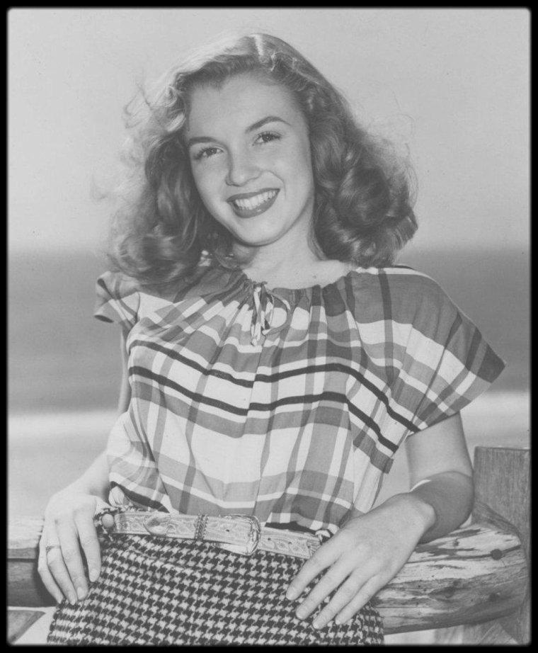 1946 / Pêle mêle, nouvelles photos de Norma Jeane sous l'objectif du photographe Richard C MILLER.