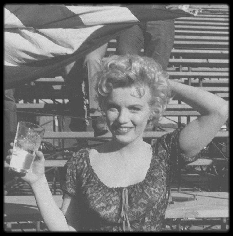 """1956 / Sur le tournage du film """"Bus stop""""."""