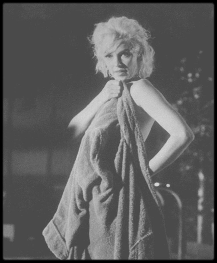 "1962 / Marilyn en peignoir lors du tournage d'une scène du film ""Something's got to give""."